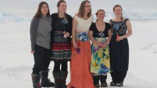 Невеста с подругами на льду