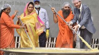 दिल्ली में 900 किलो से अधिक बनी थी खिचड़ी