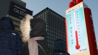 23일 오후 서울 광화문광장에 설치된 사랑의 온도탑이 36.7도를 나타내고 있다