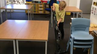 Sammy limpiando la clase.