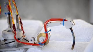 Возможно, до жидкой воды можно добраться с помощью робота, который просверлит лед
