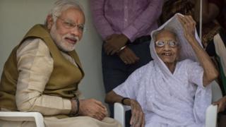 વડાપ્રધાન નરેન્દ્ર મોદી તેમની માતા હીરાબા સાથે