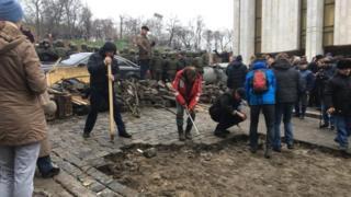 Сторонники Саакашвили разбирают мостовую возле Украинского дома