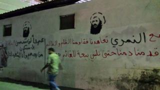 بزرگداشت شیخ نمر در دیوارنویسیهای عوامیه در شرق عربستان. حکومت سعودی او را دو سال پیش اعدام کرد.