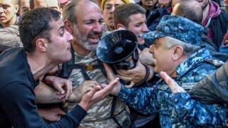Стычка демонстрантов с полицией