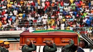 Maelfu ya raia wa Zimbabwe walikusanyika mjini Harare kuushuhudia mwili wa Mugabe ukiwasili