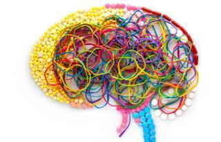 Gomas y pastillas dispuestas en forma de cerebro humano.