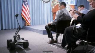 Các robot đa năng được điều khiển từ xa (MARCbots) được quân đội Mỹ sử dụng để tìm kiếm bom mìn.