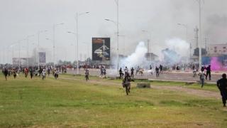 A Kinshasa, la police a tiré des gaz lacrymogènes et des balles réelles pour disperser des manifestations anti-kabila
