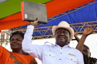 Raila Odinga (i buryo) yirahije kuba umukuru w'igihugu w'abanyagihugu (ino foto ni iya kera)