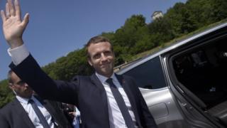 آقای مکرون، تقریبا یک ماه پیش با شکست قاطع مارین لوپن، نامزد حزب راستگرای افراطی جبهه ملی، در ۳۹ سالگی، جوانترین رییس جمهور تاریخ فرانسه شد