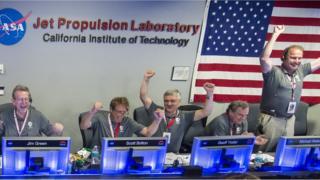 Científicos celebrando que Juno entró en órbita