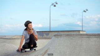 Idosa com skate