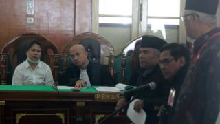 Terdakwa kasus dugaan penistaan agama Meliana (kiri) mengikuti persidangan dengan agenda mendengarkan keterangan saksi di Pengadilan Negeri Medan, Sumatera Utara, Selasa (24/7).