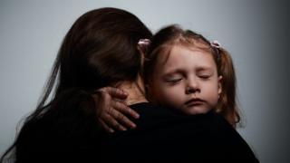બાળકને ભેટી રહેલી માતા