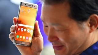 Hombre sosteniendo un Galaxy Note 7
