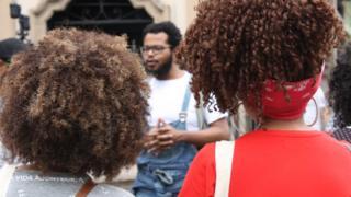 Grupo acompanha roteiro turístico pelo centro de São Paulo que recupera a história negra na região