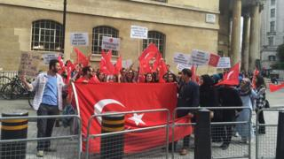 BBC'yi protesto eden grup