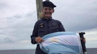 Eliana Krawczyk con uniforme y una bandera argentina. (Foto: La Nación)