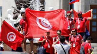 مشجعون يلتقطون صورا قبل مباراة بلادهم أمام منتخب انجلترا
