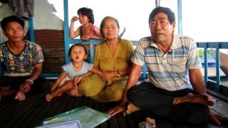 Ông Trần Văn Long (bìa phải) và gia đình bên căn nhà thuyền trên hồ Tonle Sap ở tỉnh Kampong Chhnang