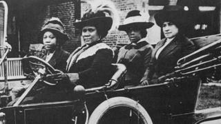 Madam C.J. Walker conduce un auto en 1911.