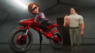 """Una escena de """"Los Increíbles 2"""" que muestra a la madre, Elastigirl, saliendo en su moto mientras su esposo, Mr. Increíble, carga al hijo menor de ambos."""