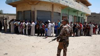 سكان غرب الموصل يصطفون لتسلم معونات