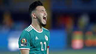 Le défenseur algérien Ramy Bensebaini fait la fête après avoir marqué aux tirs au but.