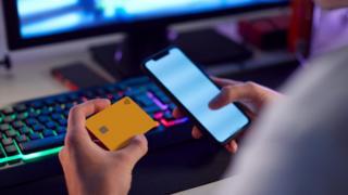 Pria di judi ponsel dengan kartu