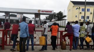People dey wait to buy fuel