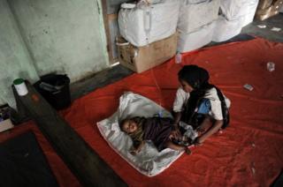 Arakanlı bir Müslüman kadın ve bebeği