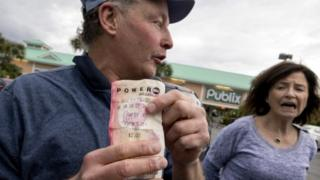 Couple with a lottery ticket outside the Publix supermarket in Melbourne Beach, Florida (14 January 2016)