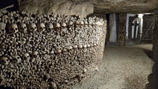 В парижских катакомбах кости складывали так, чтобы использовать пространство как можно более эффективно