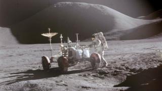 美國宇航員戴維·斯考特1971年被阿波羅15送上月球,正凖備登上LRV車