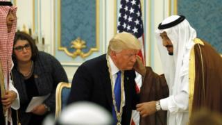 Трампу вручают медаль