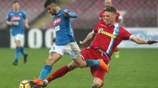 Lorenzo Insigne de Naples aux prises avec Bartosz Salamon de la Spal.