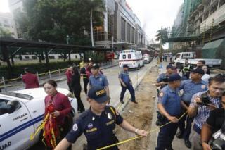 銃撃事件のあったリゾーツ・ワールド・マニラの周りは警察によって立ち入り禁止に(2日、マニラ)