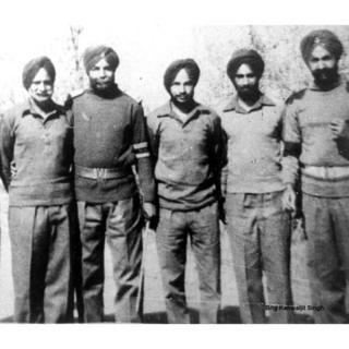 तस्वीर में बायीं ओर पहली तस्वीर अनंत सिंह की है, बीच में हैं कंवलजीत सिंह. ये तस्वीर इन सैनिकों के युद्धबंदी के तौर पर पाकिस्तान से लौटने के बाद की है.
