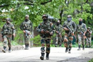 Indian army soldiers conduct a patrol during an operation against suspected rebels in Turkwangam Lassipora in Shopian south of Srinagar on May 4, 2017