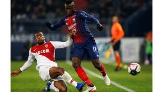 Casimir Ninga joue contre Ronael Pierrre-Gabriel, lors d'une rencontre entre Caen et l'AS Monaco, le 24 novembre 2018.