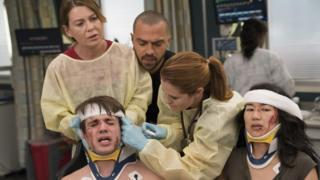 """Escena de un accidente en """"Grey's Anatomy"""". (Crédito: ABC/Mitch Haaseth)"""