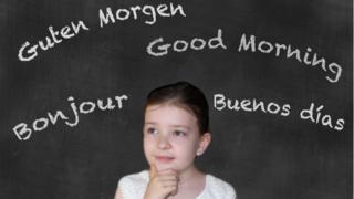 """Menina ao lado da frase """"bom dia"""" dita em diferentes idiomas"""