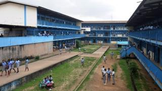 Des élèves dans une cour d'école à Libreville en 2016