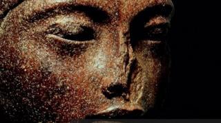 مصر تطالب بريطانيا بوقف بيع رأس تمثال أثري للملك توت عنخ آمون