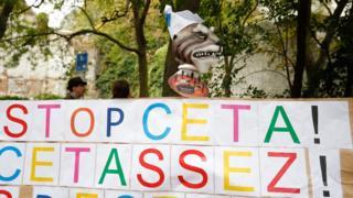 """Valon bölgesinde yapılan protestoda açılan pankartta """"CETA'yı durdurun, yeter"""" yazıyor."""