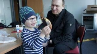 นายแอนเดรียส กราฟฟ์ ได้ลางานหนึ่งปีเพื่อดูแลลูกชายที่ป่วยเป็นมะเร็ง