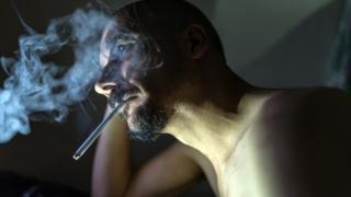 心事重重的吸烟男子