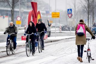 Заснеженные дороги, наверное, принесли определенные хлопоты любителям двухколесного транспорта в Амстердаме