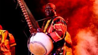 Le musicien gambien Jaliba Kouyateh avec sa kora, à l'ouverture du festival